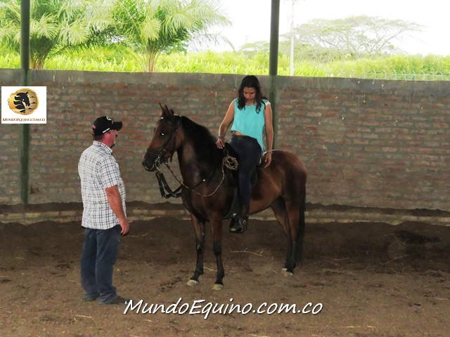 """Victor instructor de la escuela de Chalaneria y equitacion en Asdeoccidente disfruta como el que mas, dando clases y enseñando sus conocimientos. Aqui con una alumna enseñandole el """"Patrón de Marcha Invertida"""""""